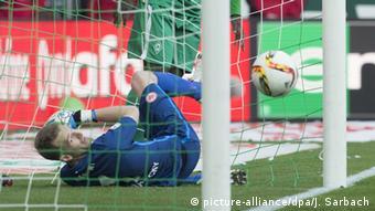 Frankfurts Torwart Lukas Hradecky schaut zu, wie der Ball zum 1:0 für Werder ins Tor geht (Foto: Getty Images/Bongarts/O. Hardt)