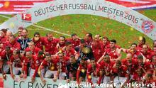 ++++++++++++++++++ 14.05.2016 ++++++++++++++++++++++++ Fußball: Bundesliga, Bayern München - Hannover 96, 34. Spieltag am 14.05.2016 in der Allianz Arena, München (Bayern). Die Mannschaft vom FC Bayern München feiert mit der Meisterschale. Foto: Karl-Josef Hildenbrand/dpa (Wichtiger Hinweis: Aufgrund der Akkreditierungsbestimmungen der DFL ist die Publikation und Weiterverwertung im Internet und in Online-Medien während des Spiels auf insgesamt fünfzehn Bilder pro Spiel begrenzt.) +++(c) dpa - Bildfunk+++ | (c) picture-alliance/dpa/K.-F. Hildenbrand