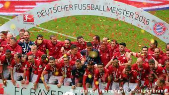 Футболисты Баварии празднуют победу в чемпионате Германии