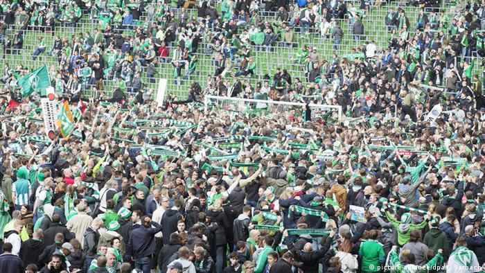 Tausende Fans von Bremen stürmen das Spielfeld nach dem Schlusspfiff (Foto: picture-alliance/dpa/J. Sarbach)