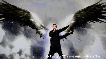 Eurovision Song Contest in Stockholm: Sergey Lazarev hat riesige Flügel - eine Projektion auf einer Leinwand hinter ihm