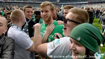 Werder Fans feiern nach Spielende mit Werder-Torwart Felix Wiedwald (Foto: picture-alliance/dpa/C. Jaspersen)