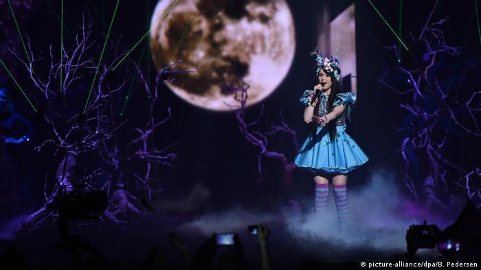Jamie-Lee Die 18-Jährige meisterte ihren Auftritt mit der Startnummer zehn in einem blauen Manga-Outfit-Kleid mit Kopfschmuck und Wald-Bühnenbild (Foto: dpa)