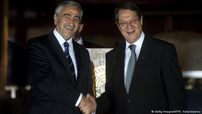Президент Кипра Никос Анастасиадис и лидер непризнанной Турецкой республики Северного Кипра Мустафа Акинчи (фото из архива)