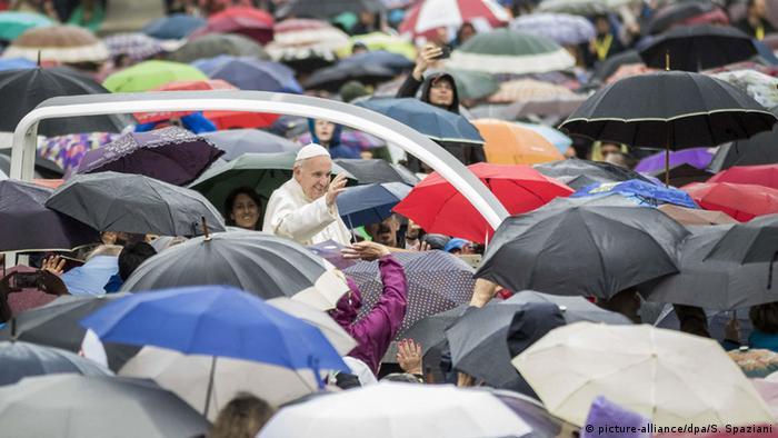 Vatikan Papst Franziskus hält Pfingsrede vor dem Petersdom (picture-alliance/dpa/S. Spaziani)