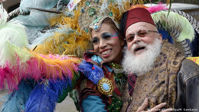 Samba queen Sonia de Oliveira posing with a festival visitor at the Karneval der Kulturen (Foto: picture-alliance/dpa/M. Gambarini)