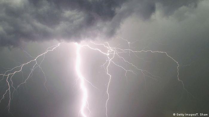 Blitz Unwetter Wolken Sturm Regen Gewitter (Getty Images/T. Shaw)