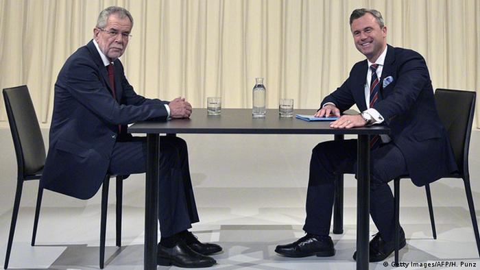 two men sitting at a table copyright: Getty Images/AFP/H. Punz