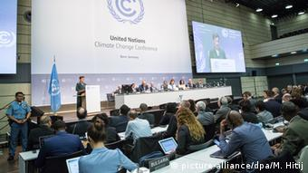 UNFCCC head Christiana Figueres addressing people at the Bonn Climate Conference (Photo: picture-alliance/dpa/M. Hitij)