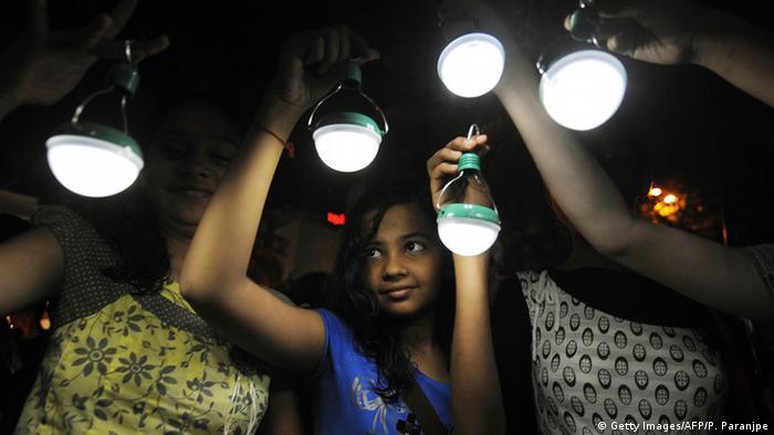 Indien Mumbai Indisches Mädchen hält Solar Lampe (Getty Images/AFP/P. Paranjpe)