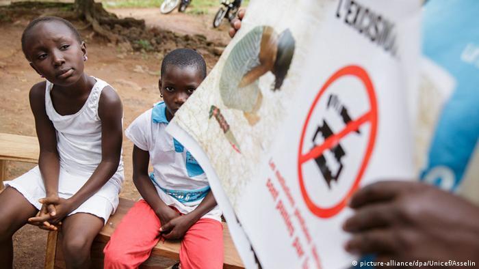 Elfenbeinküste Mädchen bei Information Aufklärung gegen weibliche Genitalverstümmelung Female Genital Mutilation / Cutting (FGM / C) der UNICEF (picture-alliance/dpa/Unicef/Asselin)