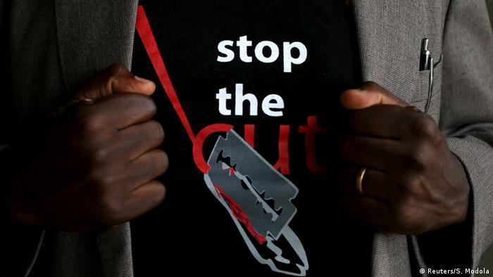 Kenia Mann trägt T-Shirt gegen Weibliche Genitalverstümmelung - Female Genital Mutilation FGM