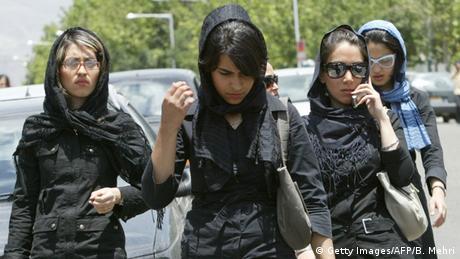Iran Junge Frauen vor einem Einkaufszentrum im Nordwesten von Teheran