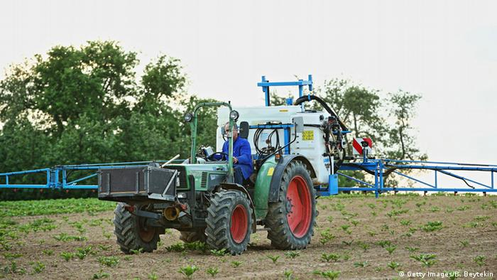 A tractor sprays glyphosate on a field in Germany (Photo: Getty Images/B. Beytekin)
