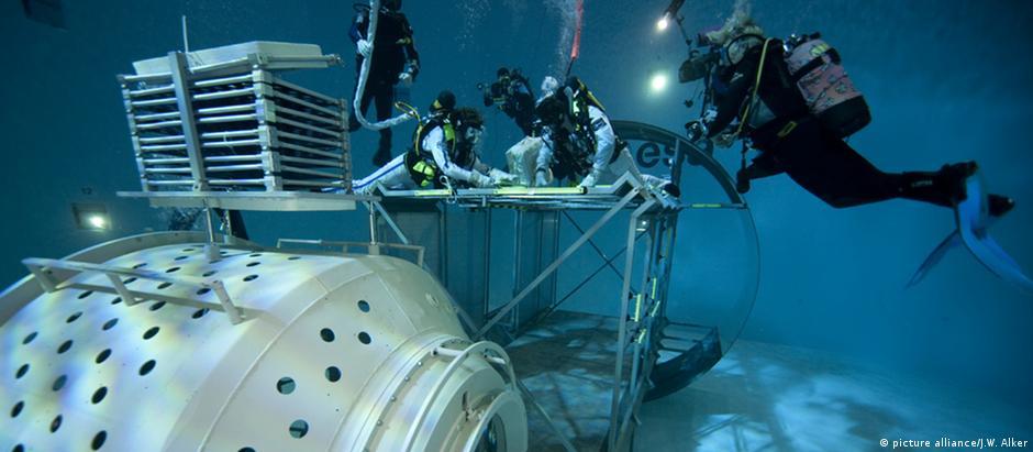 Tanque d'água onde os astronautas praticam em condições semelhantes à gravidade zero