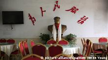 epa05300694 A picture made available on 12 May 2016 shows a bust of former Chinese leader Mao Zedong displayed in a restaurant with the word 'At the Service of the People' in Shaoshan, Hunan Province in central China, 29 April 2016. Shaoshan is the hometown of former Communist leader Mao Zedong, popularly known as Chairman Mao. As the 50th anniversary of the Cultural Revolution approaches on 16 May, there is scant mention of the revolution where millions of intellectuals were persecuted and tortured in a bid to purge Mao's critics in his this small town where he was hailed as a great hero and leader. EPA/HOW HWEE YOUNG +++(c) dpa - Bildfunk+++   © picture-alliance/dpa/How Hwee Young
