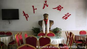 China 50. Jahrestag Kulturrevolution - Büste von Mao Zedong (picture-alliance/dpa/How Hwee Young)