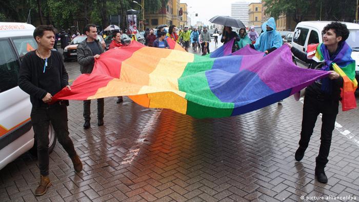 Protest gegen Homophobie in der albanischen Hauptstadt Tirana (Foto: DPA)