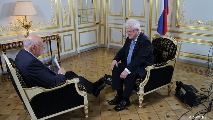 Постпред РФ при Евросоюзе Владимир Чижов беседует с журналистом DW Тимом Себастианом