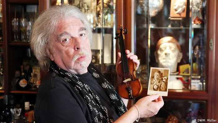 Circus Roncalli founder Bernhard Paul with violin from Clown Grock, Copyright: dw Matthias Müller