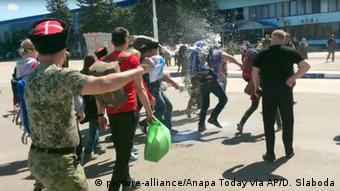 Kosaken werfen Milch auf Oppositionellen Alexei Nawalny (Foto: picture-alliance/Anapa Today via AP/D. Slaboda)