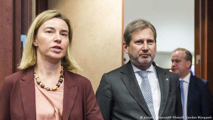 Belgien Brüssel Federica Mogherini, left, and EU Enlargement Commissioner Johannes Hahn (picture-alliance/AP Photo/G. Vanden Wijngaert)