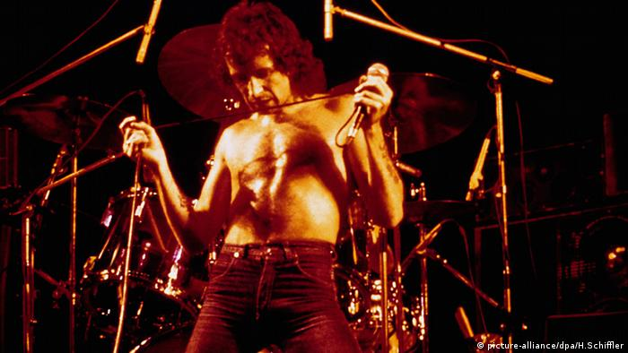 Bon Scott on stage, Copyright: picture-alliance/dpa/H. Schiffler