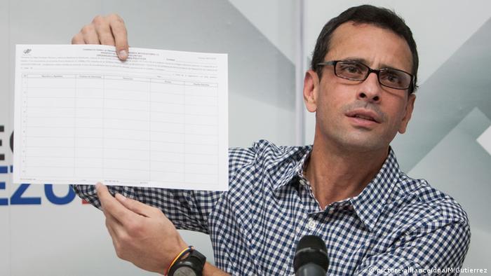 Enrique Capriles mit Formulst (Foto: picture-alliance/dpa/M.Gutierrez)