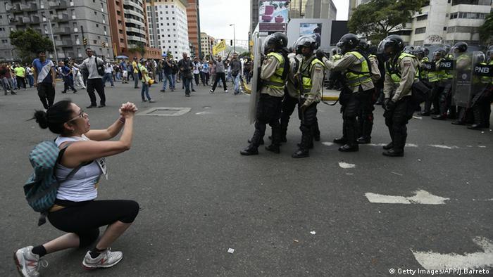 Caracas Proteste Polizei Demonstranten auf Straße