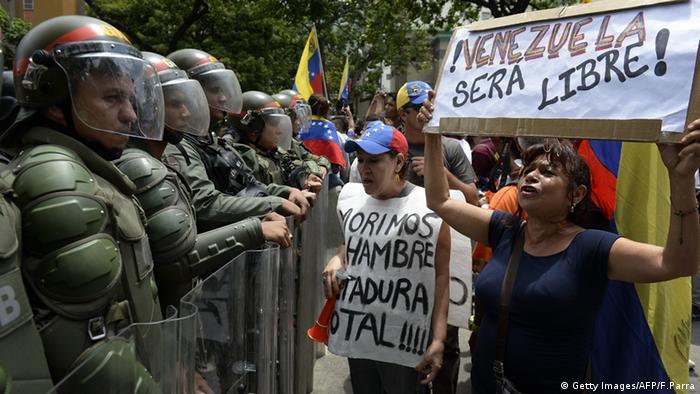 Caracas: Polizisten blockieren Demonstranten (Foto: Getty Images/AFP/F. Parra)