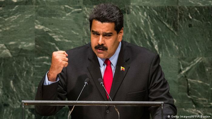 Nicolas Maduro mit geballter Faust am Rednerpult (Foto: Getty Images/AFP/A. Burton)