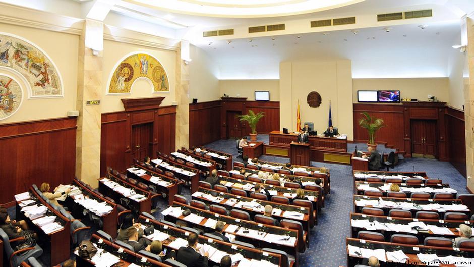 Хаос во парламентот  Заев со крваво чело