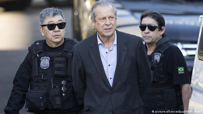 Brasilien Jose Dirceu wird von Polizei abgeführt in Curitiba (picture-alliance/dpa/EPA/H. Alves)