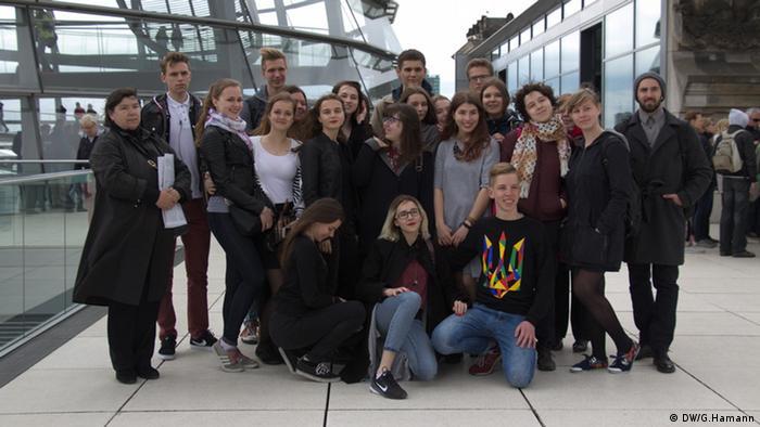 Mehrere jugendliche haben sich für ein Gruppenfoto aufgestellt Foto: DW/ Greta Hamann