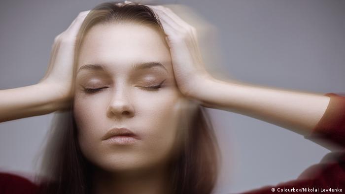 Eine Frau erleidet einen Schwindelanfall