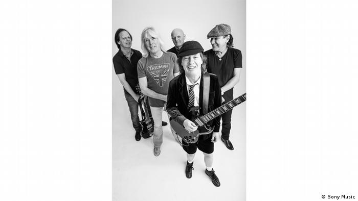 Band AC/DC Pressebild mit Angus und Stevie Young, Brian Johnson, Cliff Williams und Chris Slade, Foto: Sonymusic