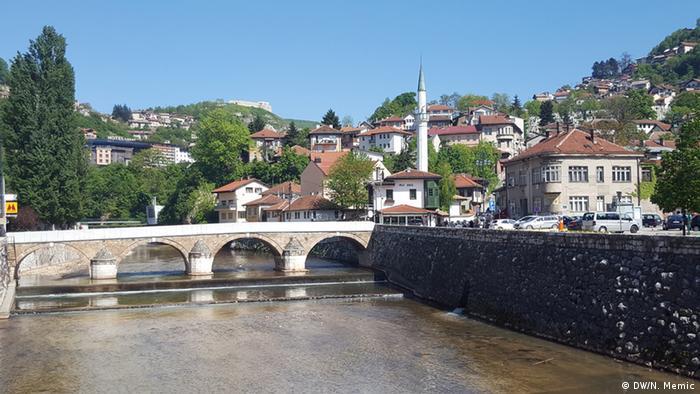 Sarajevo Brücke mit Moschee