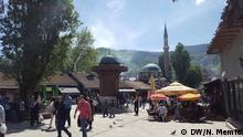 Sarajevo Straßenszene mit Brunnen und Moschee Rechte: DW/Nedad Memic in Sarajevo im April 2016