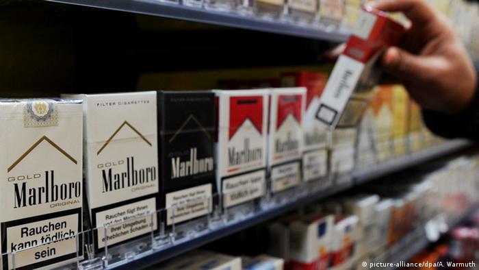 Zigarettenschachteln mit Warnhinweis (Foto: picture-alliance/dpa)