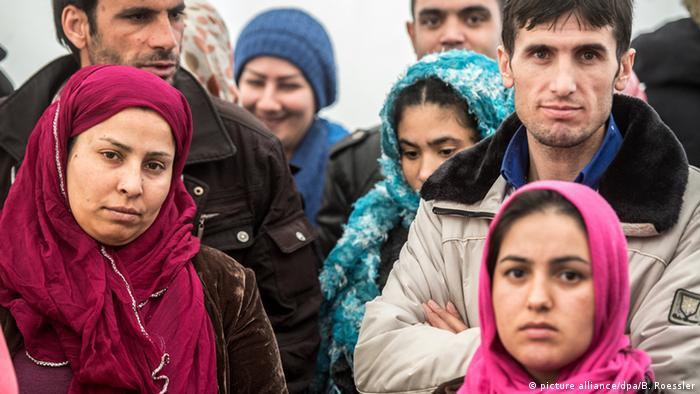Deutschland Frauen und Männer aus Afghanistan und Pakistan in einer Flüchtlingsunterkunft des Landes Hessen in Limburg