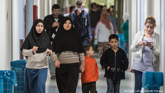 Мигранты в центре приема беженцев во Франкфурте-на-Майне