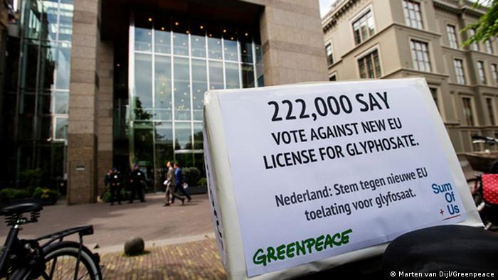 A petition against reauthorization of glyphosate signed by 222,000 people across Europe is delivered to the Dutch parliament ahead of an EU vote (Photo: Marten van Dijl/Greenpeace)
