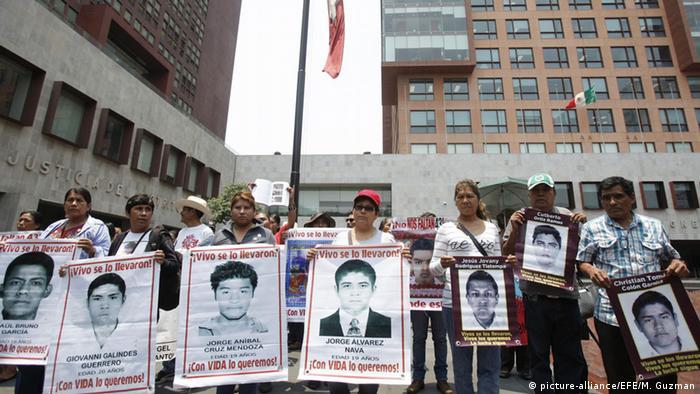 Mexiko Eltern der vermissten Studenten versammeln sich in Mexiko City