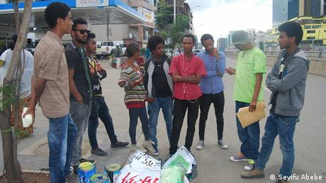 Traditionelle Bilder auf Betonpfeilern am Straßenrand Addis Abeba