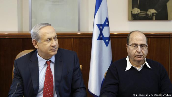 Benjamin Netanyahu and Moshe Yaalon at a cabinet meeting