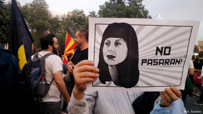 protester holding a picture of Fatime Fetai with No Pasaran motto