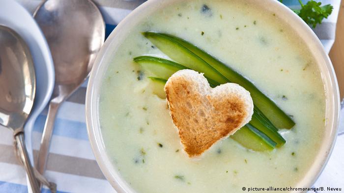 В знойный день на стол подают холодные супы-пюре, например, огуречный с йогуртом