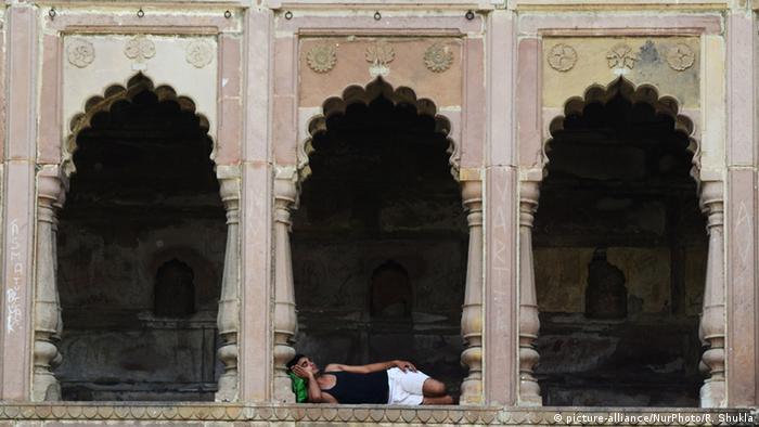 Indien Allahabad Junger Inder entspannt am Tempel während Hitzewelle (picture-alliance/NurPhoto/R. Shukla)