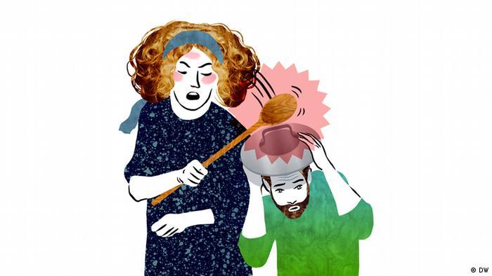 Eine Frau schlägt einem Mann mit einem Kochlöffel auf seinen Deckel, den er auf dem Kopf trägt.
