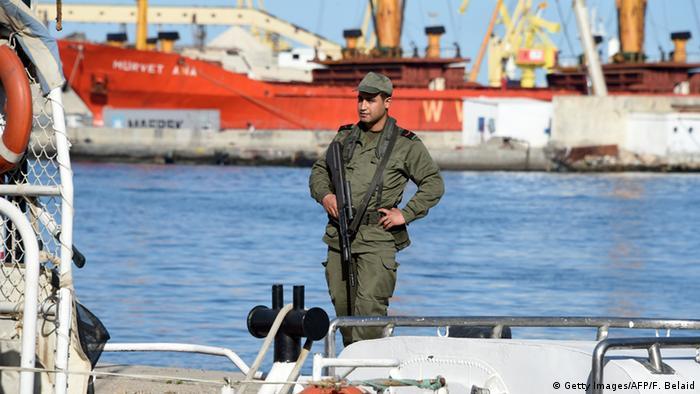 Tunesien tunesischer Soldat hält Wache am Hafen von Sfax (Getty Images/AFP/F. Belaid)